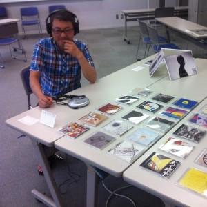 学生の制作したCDを聴く斎藤